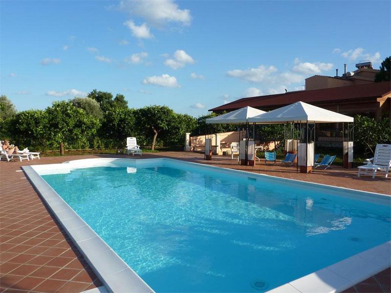 Azienda Agricola Limoneto | Dolci momenti immersi in piscina